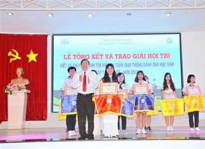 Học sinh Phạm Nguyễn Khải Vy - lớp 12C14 nhận giải tại buổi lễ tổng kết hội thi.